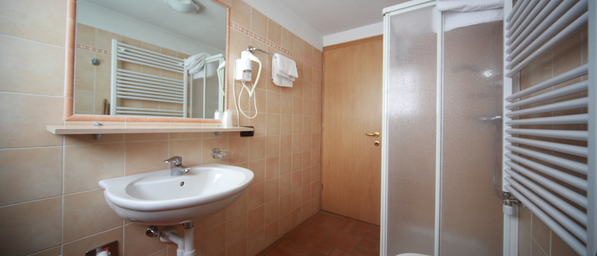 italy_livigno_al-gal-apartments_bathroom.jpg